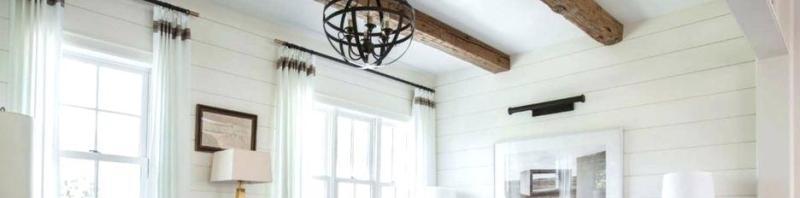 Покрытие краской белого цвета стен бруса дерева внутри дома