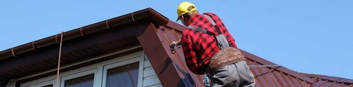 Покраска металлической крыши компрессором и краской для крыш.