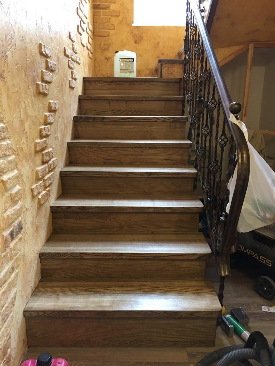 """Ступени лестницы ясеня покрашены маслом с твердым воском """"Дуб Копченый"""" Trae Lyx"""