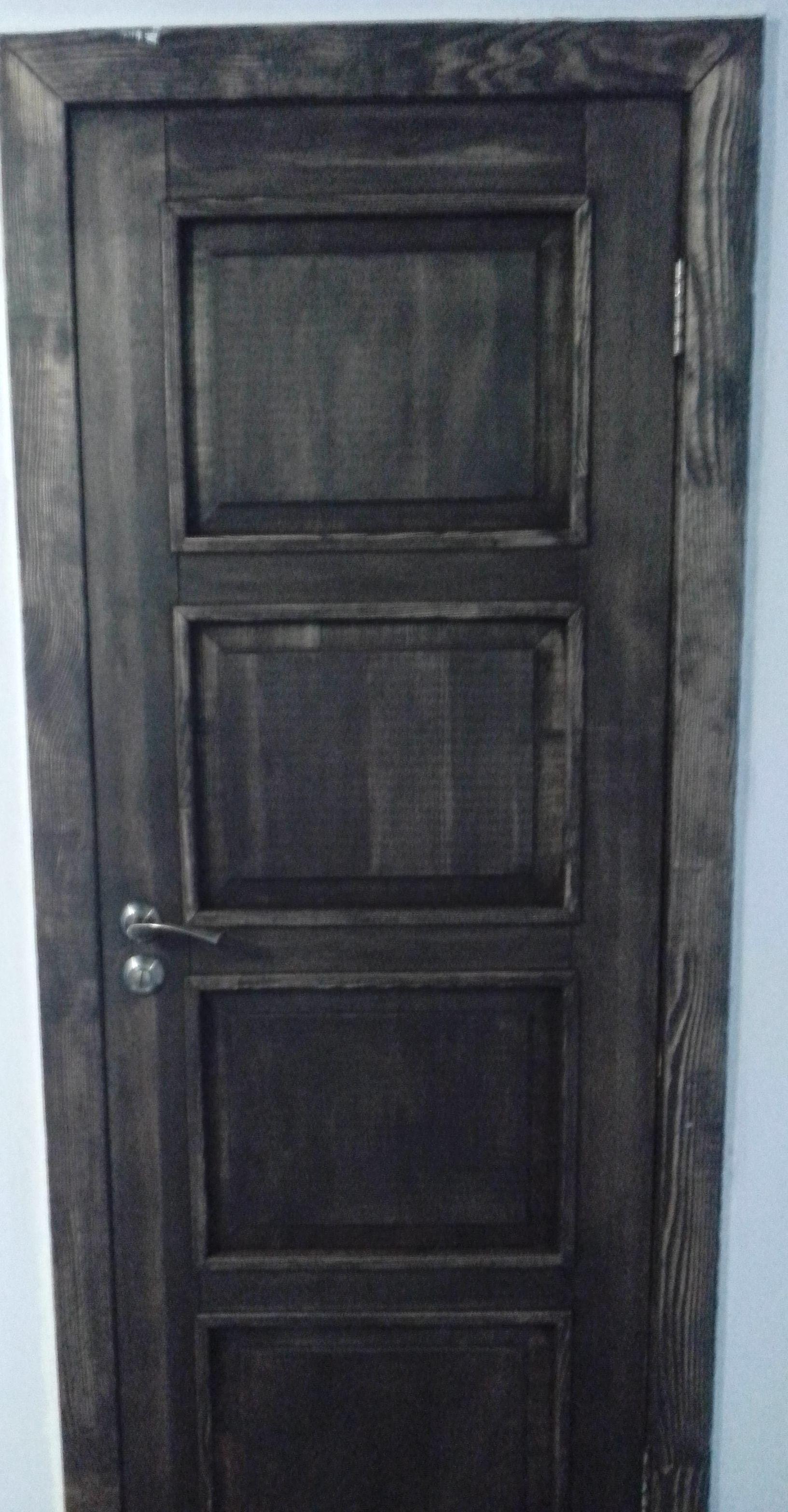 На двери и другую мебель нанесён цветной шоколадный воск